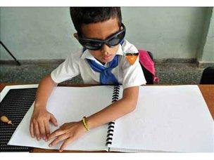 niño ciego leyendo Braille