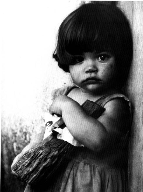 La niña de la muñeca, Foto de Alberto Korda