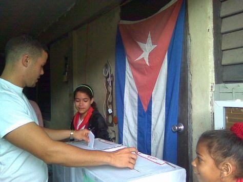 En mi colegio electoral custodian las urnas dos vecinitas mías junto a la bandera más bella que existe, como dijera el poeta Bonifacio Byrne.