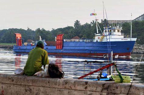 Barco en la bahía de La Habana