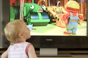 Apenas desde que pueden sentarse, algunas madres colocan al bebé frente al televisor