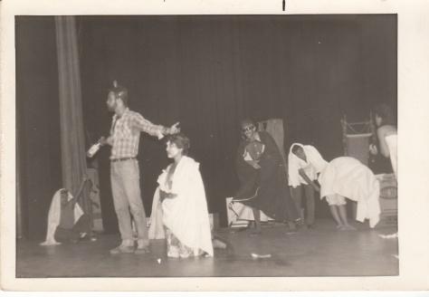 Gerardo (de pie a la izquierda) durante la representación de una obra de teatro en sus años de estudiante del ISRI. Foto: Cortesía de Adriana Pérez O´Connor