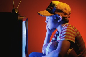 Es un error usar la televisión para aislar socialmente al niño